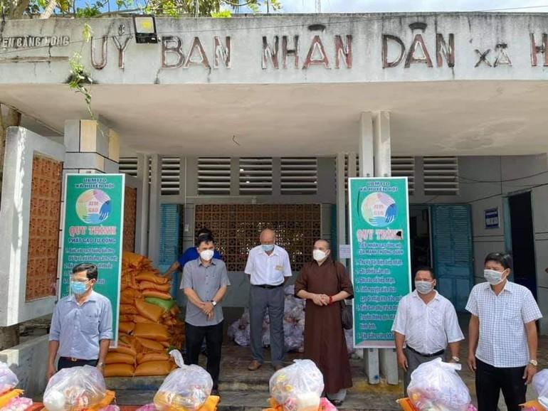Chùa Phật Bửu trao quà tại UBND xã Huyền Hội, huyện Càng Long