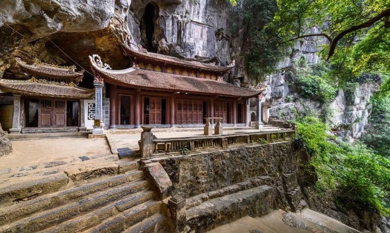 Chùa Bích Động, một ngôi chùa cổ được xây dựng trên dãy núi đá vôi Trường Yên thuộc xã Ninh Hải, huyện Hoa Lư, tỉnh Ninh Bình