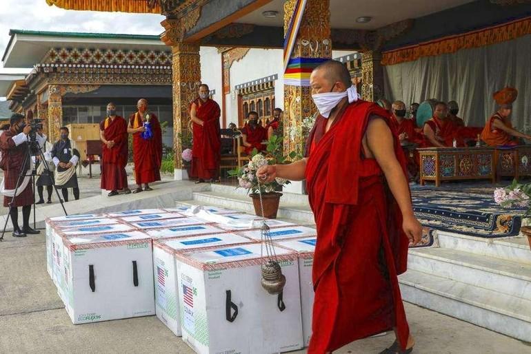 Chư Tăng Bhutan thực hiện các nghi thức Phật giáo theo truyền thống trước khi tiến hành việc tiêm chủng