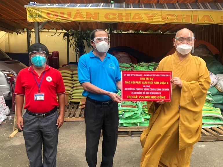 Thượng tọa Thích Huệ Công, quyền Trưởng ban Trị sự Phật giáo quận 8 trao bảng hỗ trợ cho chính quyền quận