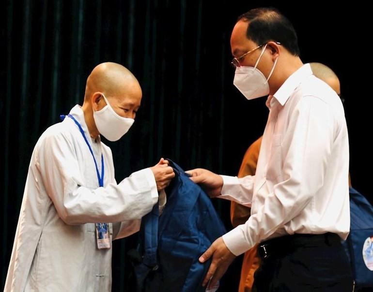 Phó Bí thư Thành ủy Nguyễn Hồ Hải trao vật dụng và trang thiết bị thiết yếu đảm bảo an toàn cho các tình nguyện viên Phật giáo