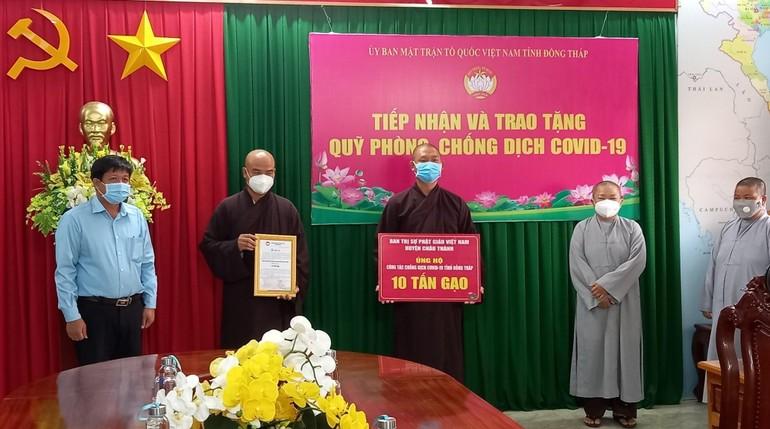 Ban Trị sự Phật giáo huyện Châu Thành trao quà tại UBMTTQVN tỉnh Đồng Tháp