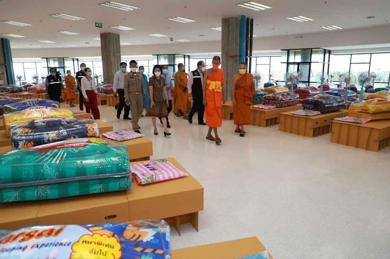Hòa thượng Viện trưởng MCU cùng lãnh đạo cố đô Ayutthaya thăm các khu điều trị vừa được thiết lập