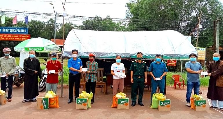 Người dân gặp khó trong đại dịch tại xã Tân Lợi (huyện Đồng Phú) đón nhận những phần quà