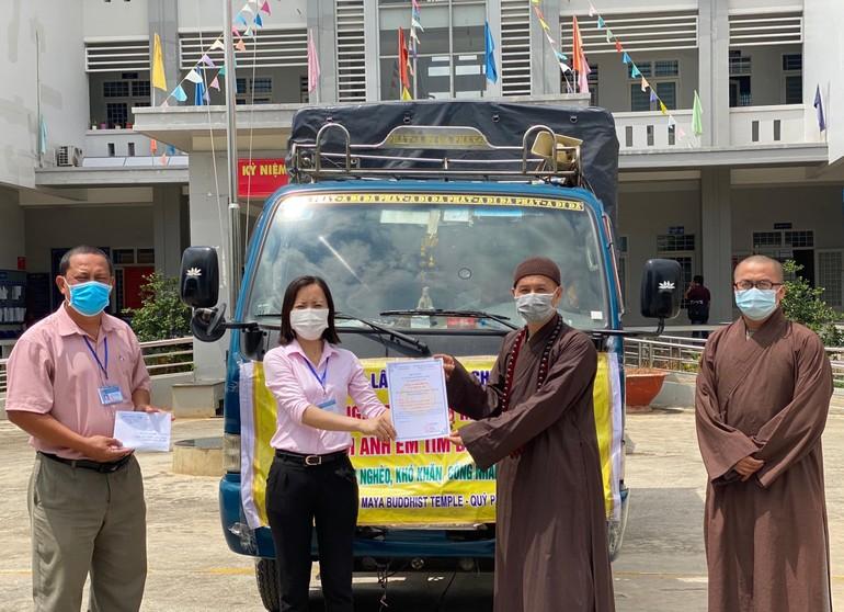 Đoàn từ thiện chùa Phúc Lâm trao quà cho đại diện chính quyền