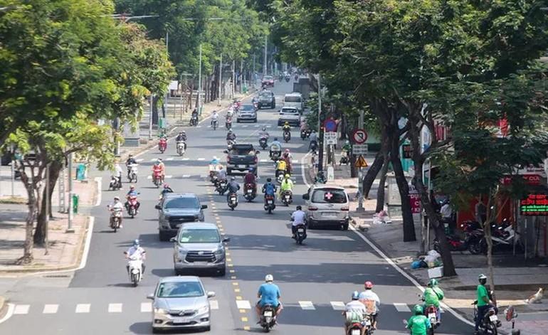 Nhiều tuyến đường ở TP.HCM đông người dù đang trong gian đoạn thực hiện giãn cách xã hội theo Chỉ thị 16