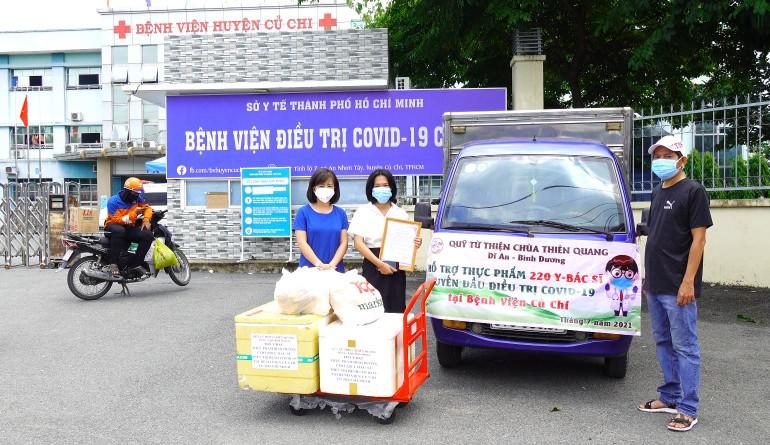 Hỗ trợ bữa ăn chất lượng đến y, bác sĩ tại Bệnh viện Điều trị Covid-19 tại huyện Củ Chi