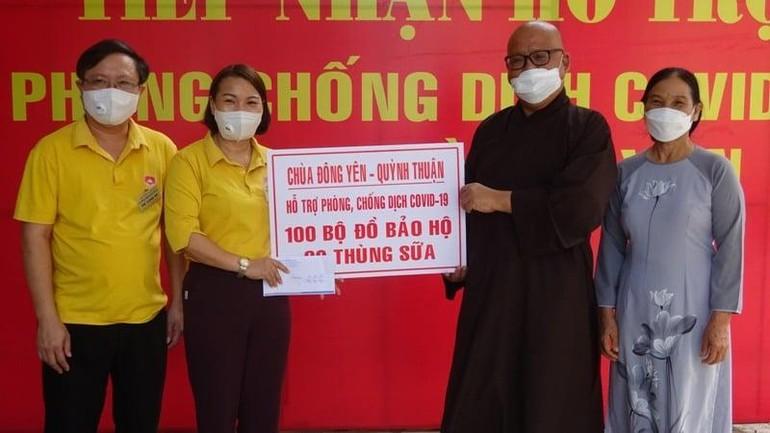 Chùa Đông Yên hỗ trợ vật tư y tế đến lực lượng tuyến đầu tại huyện Quỳnh Lưu