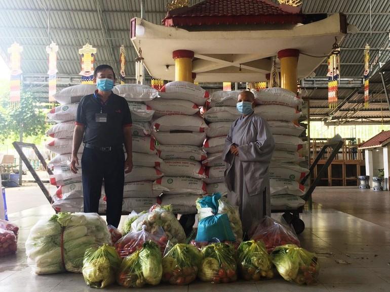 Ông Nguyễn Văn Thường, Chủ tịch UBMTTQVN phường Trường thọ tiếp nhận những phần quà