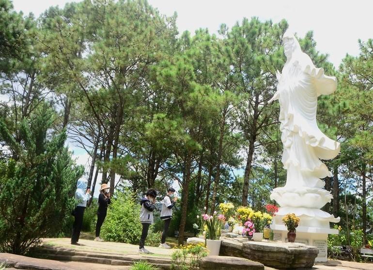 Khách thập phương dâng hương lễ Phật tại chùa Linh Phong, Đà Lạt