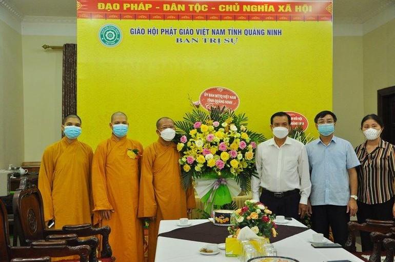 Đoàn Ủy ban MTTQVN tỉnh Quảng Ninh tặng hoa và quà chúc mừng đến Ban Trị sự GHPGVN tỉnh - Ảnh: TĐH