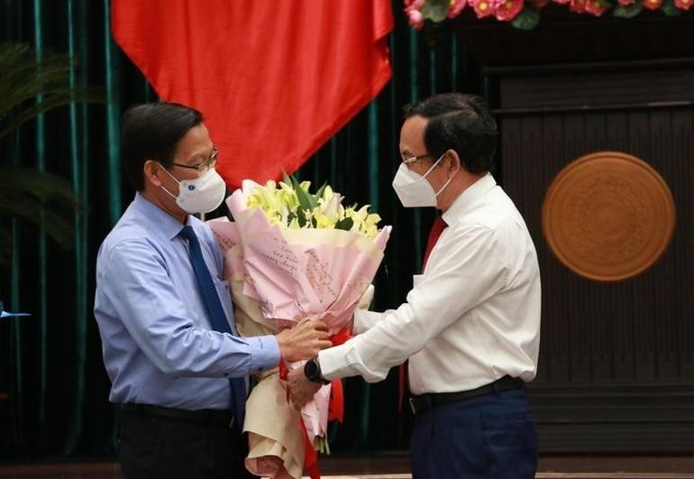 Bí thư Thành ủy TP.HCM Nguyễn Văn Nên tặng hoa chúc mừng tân Chủ tịch UBND TP.HCM Phan Văn Mãi - Ảnh: Thu Hằng