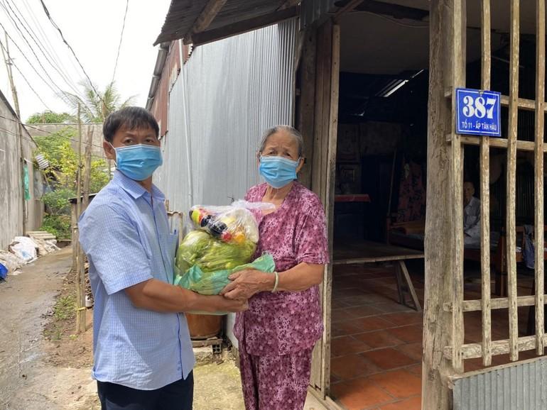 Tặng quà người dân tại xã Tân Thuận Tây