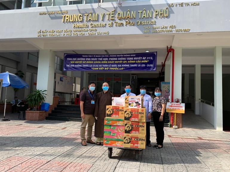 Đại đức Thích Chỉnh Độ, trụ trì chùa Pháp Vân tặng quà đến Bệnh viện quận Tân Phú