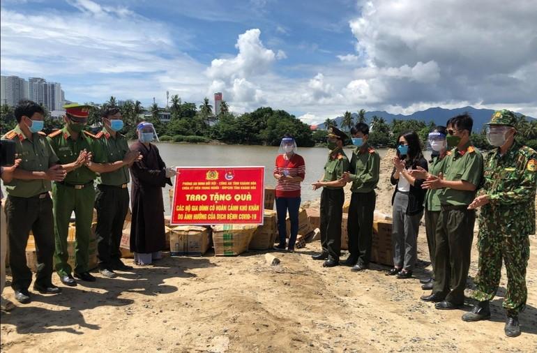 Đoàn thiện nguyện trao quà cho chính quyền địa phương phường Ngọc Hiệp, TP.Nha Trang