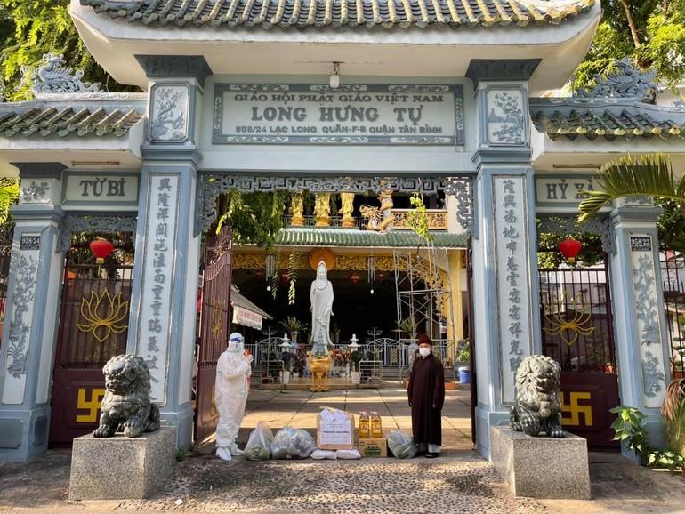 Đại đức Thích Quảng Tiến vấn an sức khỏe Hòa thượng Thích Thiện Hòa, Trưởng ban Trị sự GHPGVN quận Tân Phú