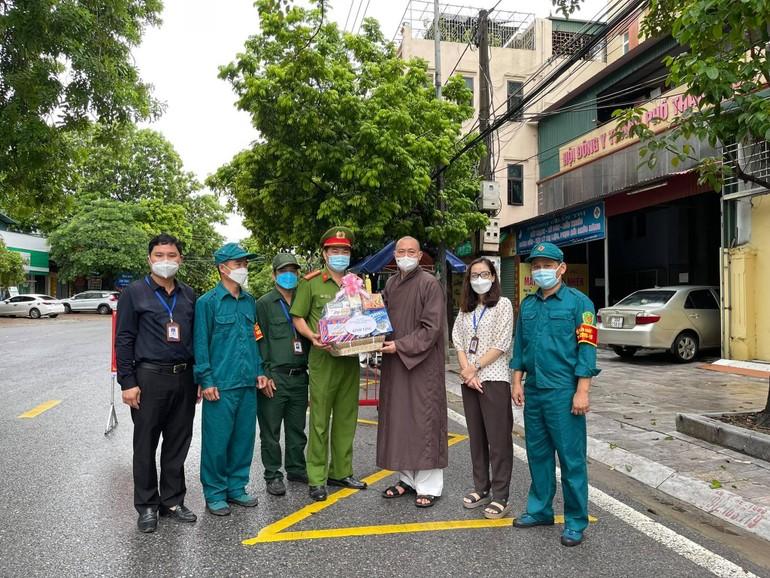 Thượng tọa Thích Tâm Đức trao quà đến lực lượng trực chốt trên địa bàn phường Trường Thi (TP.Thanh Hóa)