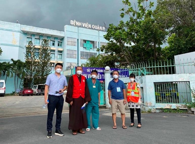 Thượng tọa Thích Lệ Quang đến Bệnh viện quận 8 tặng quà hỗ trợ