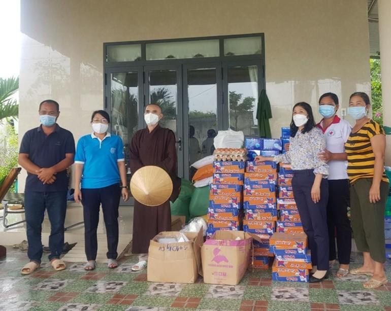 Đoàn tặng quà các hộ dân trong khu phong tỏa trên địa bàn xã Tân Lập