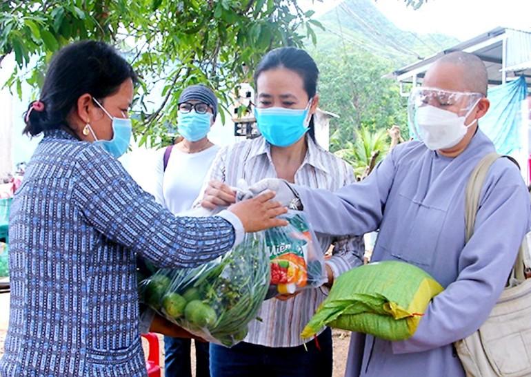 Chùa Thiên Hòa và Hội Liên hiệp Phụ nữ tỉnh tặng quà cho người dân khó khăn