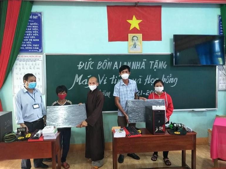 Chùa Đức Bổn A Lan Nhã trao tặng máy tính đến các em học sinh Trường Tiểu học xã Đức Liễu