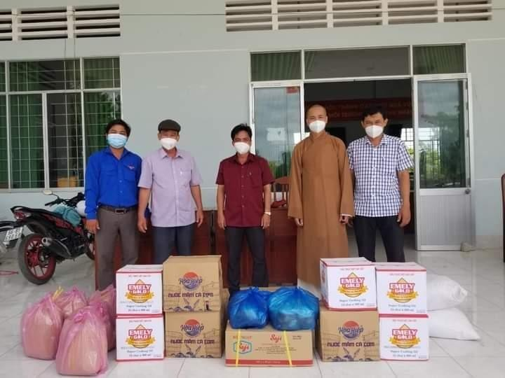 Đại đức Thích Minh Phước tặng quà đến bếp ăn khu vực phong tỏa xã Tân Hòa, huyện Thanh Bình, tỉnh Đồng Tháp