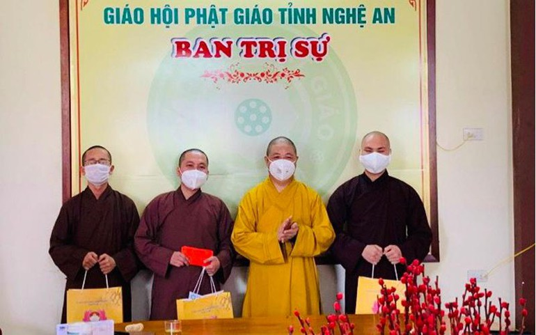Thượng tọa Thích Thọ Lạc tặng quà đến các vị Tăng tham gia tuyến đầu chống dịch tại TP.HCM