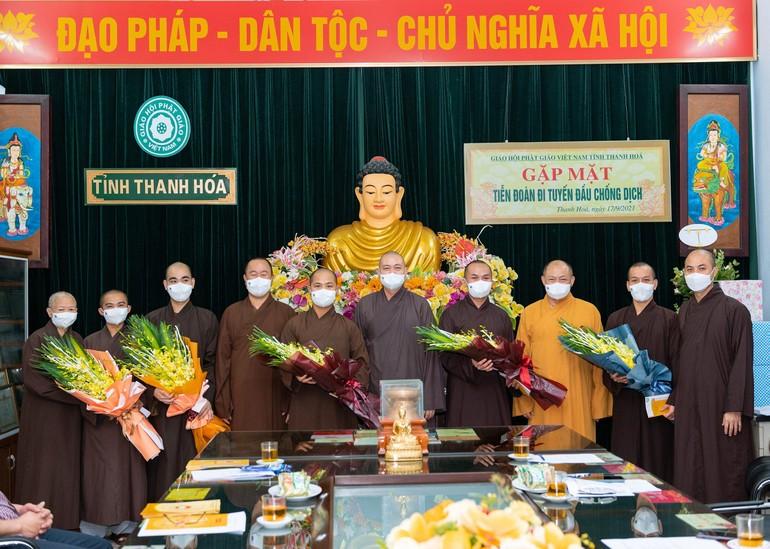 Ban Trị sự GHPGVN tỉnh tặng hoa và quà đến các chư Tăng tình nguyện viên