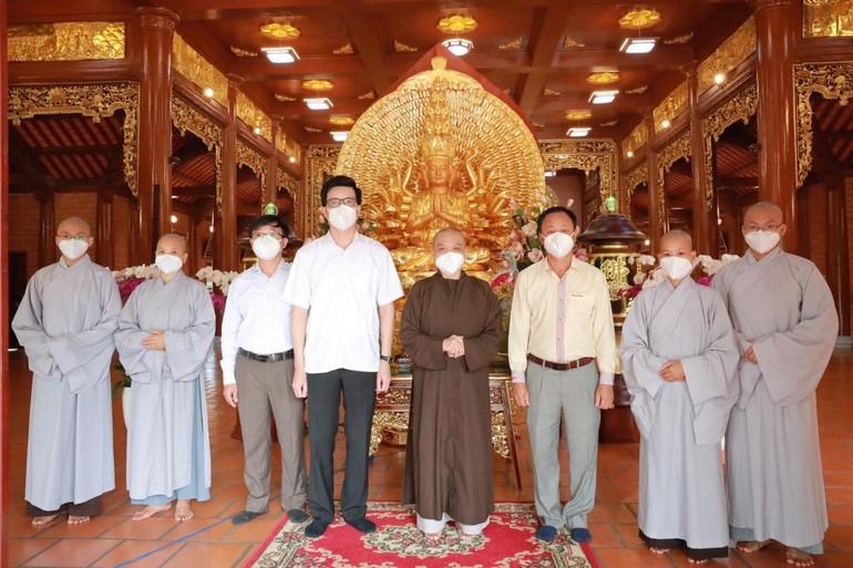 Đoàn Ban Tôn giáo Chính phủ chụp ảnh lưu niệm cùng chư Ni chùa Thiên Quang