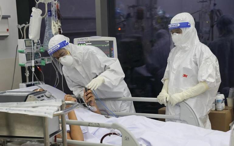 Nhân viên y tế Bệnh viện hồi sức Covid-19 cho bệnh nhân nói chuyện với người nhà - Ảnh: Quỳnh Trần