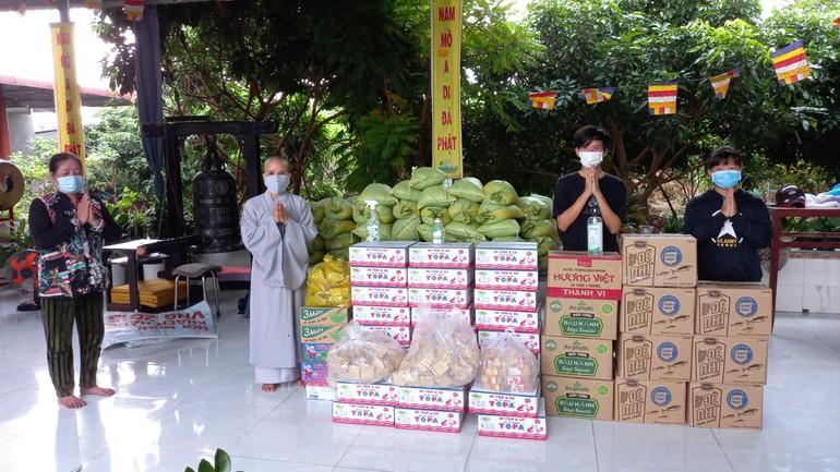 Những phần quà được chùa Quan Âm chia sẻ với bà con nghèo