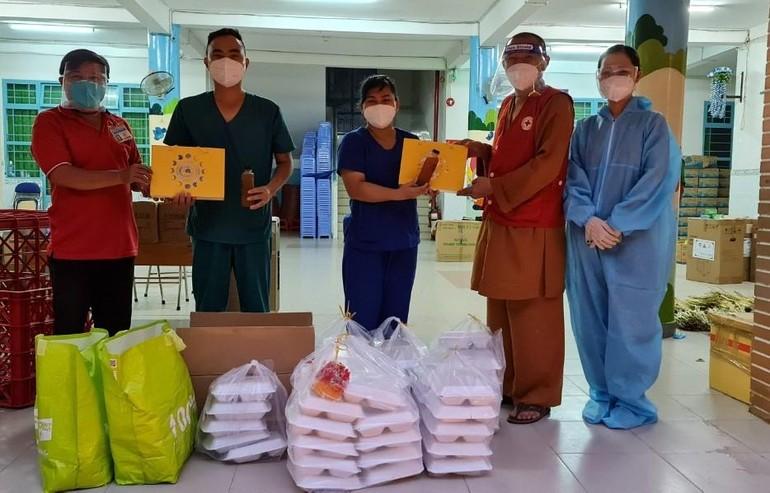 Thượng tọa Thích Lê Quang trao các suất cơm hỗ trợ cho y, bác sĩ
