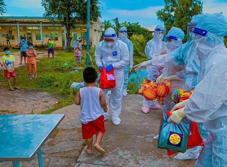 Tặng quà cho các em nhỏ đang cách ly điều trị, phòng chống dịch bệnh