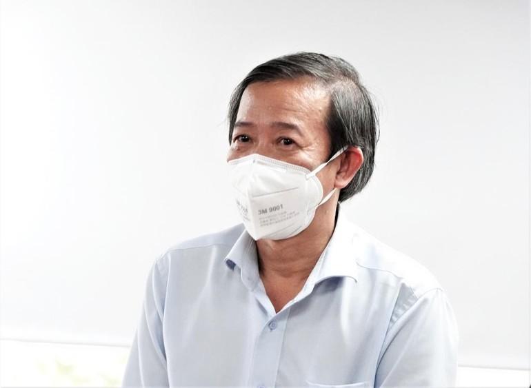 Bác sĩ Nguyễn Văn Vĩnh Châu thông tin về 3 bệnh viện đa khoa sẽ chuyển đổi công năng trở lại bình thường ngày 22-9 - Ảnh: TNO