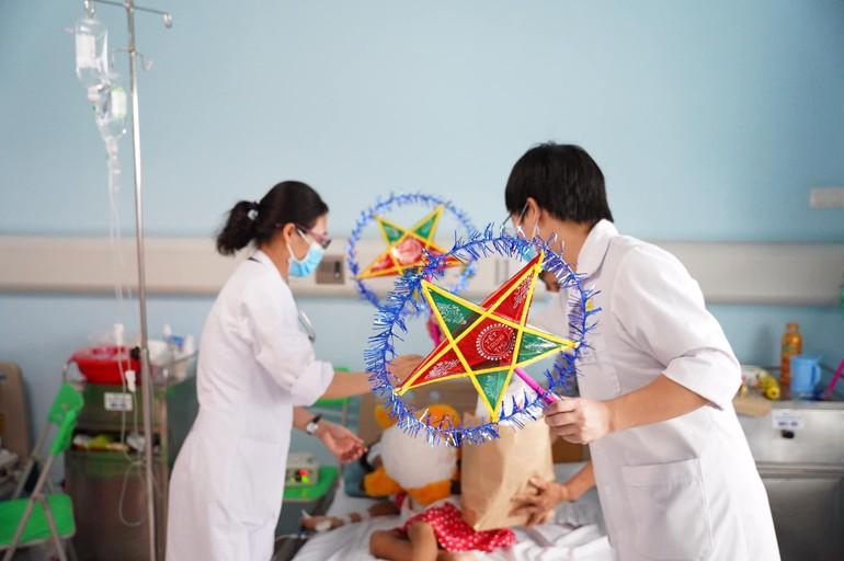 Đèn ông sao, quà bánh của chùa Long Hưng được các y bác sĩ mang đến tận giường bệnh cho bệnh nhi