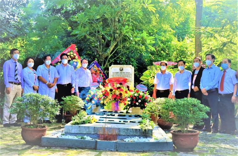 Lãnh đạo Tỉnh ủy, UBND tỉnh Khánh Hòa dâng hương hoa tại khu mộ bác sĩ Alexandre Yersin