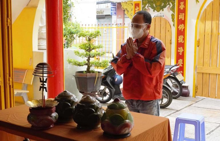 Người thân gia đình gửi tro cốt thờ tạm tại chùa Long Hoa