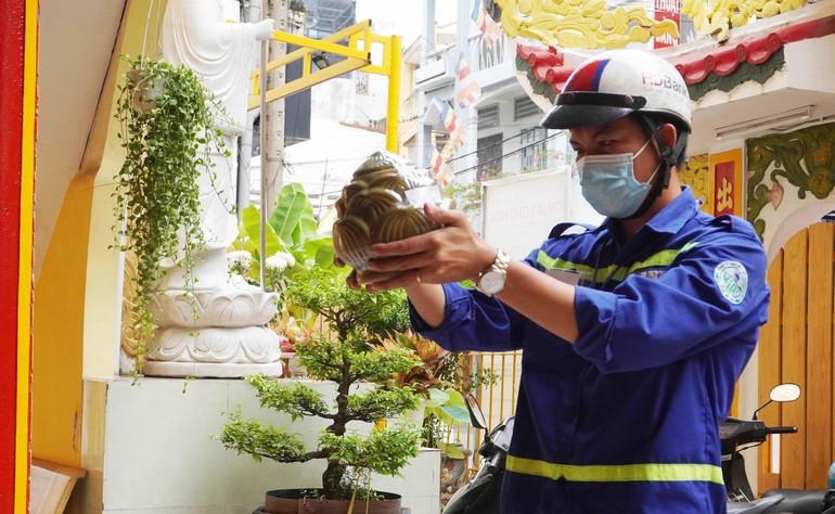 Anh H.V.Đ đại diện Trung tâm Hỏa táng Bình Hưng Hòa mang hũ cốt tới gửi thờ tạm tại chùa Long Hoa (quận 10, TP.HCM) - Ảnh: Như Danh/BGN