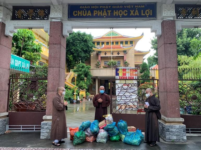 Thượng tọa Thích Phước Triều, phó trụ trì chùa Xá Lợi tiếp nhận vật phẩm cúng dường