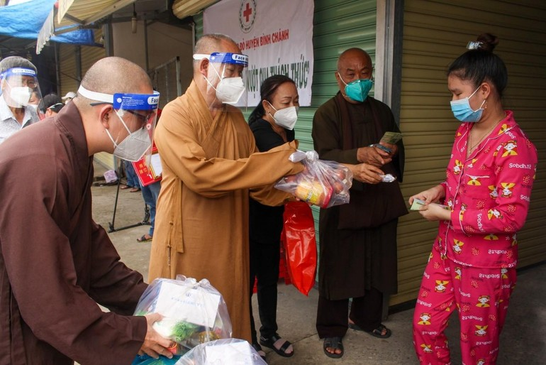 Phật giáo người Hoa tại TP.HCM hỗ trợ người dân ở huyện Bình Chánh