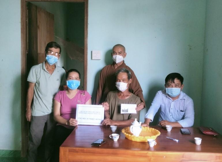 Chùa Quán Âm thăm, tặng quà gia đình bệnh nhân mắc bệnh hiểm nghèo