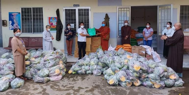"""Chương trình từ thiện """"San sẻ yêu thương"""" Phật giáo tỉnh Cà Mau trao quà tại UBND phường 4, TP.Cà Mau"""