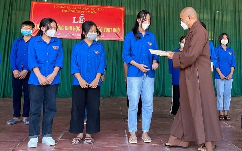 Đại đức Thích Minh Thanh trao học bổng Sen vàng tới học sinh nghèo hiếu học