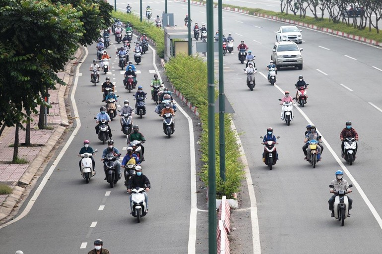 Ngày thứ 4 TP.HCM thực hiện nới lỏng giãn cách theo Chỉ thị 18, đường phố đã dần nhộn nhịp lại - Ảnh: Đông Thịnh