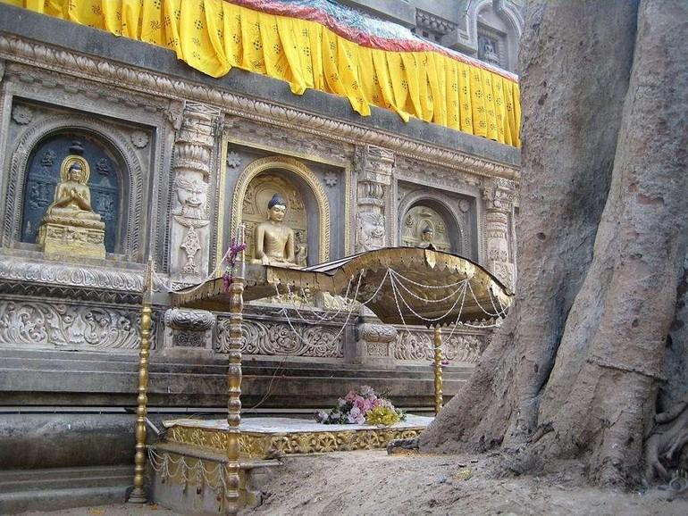 Tòa Kim Cang thứ nhất đặt cạnh cây bồ-đề và tháp Đại Giác gắn với sự kiện Thành đạo của Đức Phật