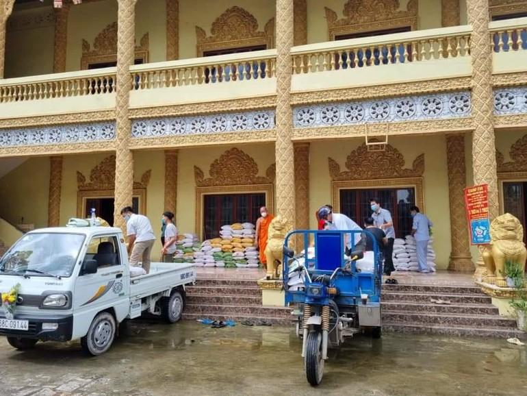 Vận chuyển gạo từ chùa Sóc Xoài đến địa phương
