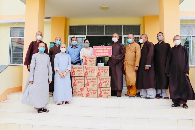 Đoàn Ban Trị sự Phật giáo huyện Cần Đước tặng quà cho các em học sinh