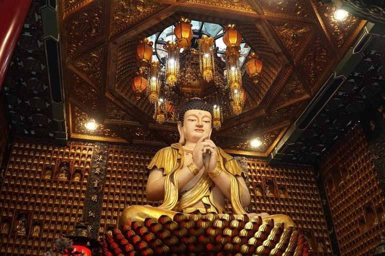 Đại Phật tại chánh điện chùa Vạn Phật - quận 5