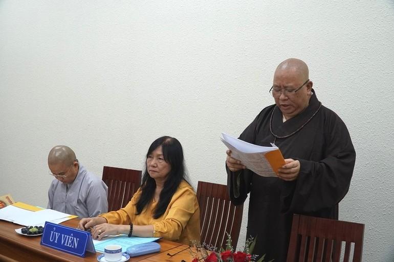 Thượng tọa Thích Đồng Văn, Trưởng phòng Sau đại học đọc quyết định thành lập Ban Xét tuyển đề cương luận án tiến sĩ khóa II