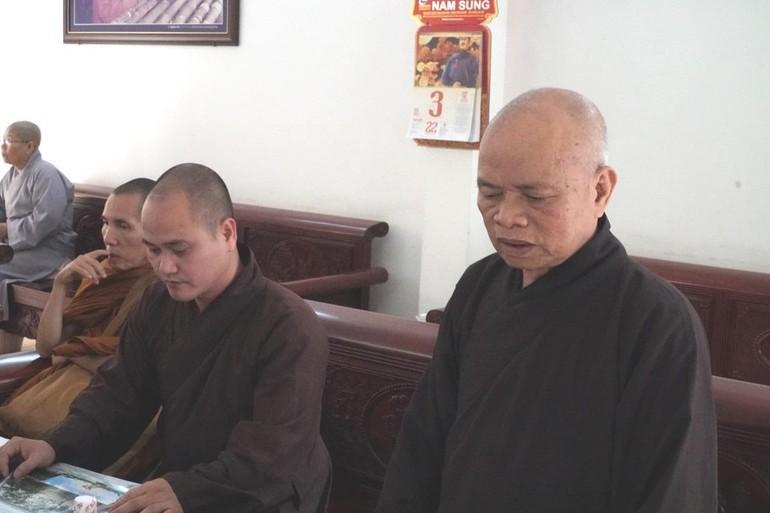HT.Thích Thiện Minh, Trưởng ban Trị sự Phật giáo huyện chủ trì phiên họp sáng 3-4.